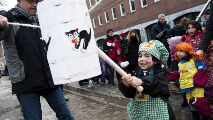Fastelavn- Børn slår katten af tønden på Blågårds Plads