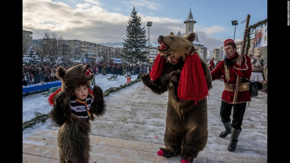 151016112641-05-cnnphotos-bear-dance-restricted-super-169